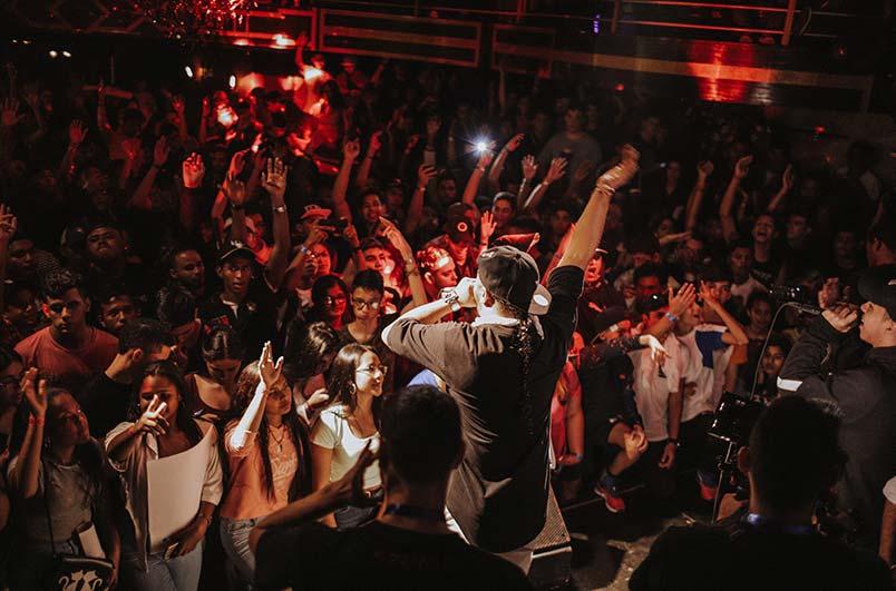 Große Bühne einer Party mit Coverband in Berlin
